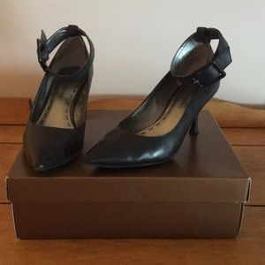 Black point toe pump with ankle strap 7 1/2